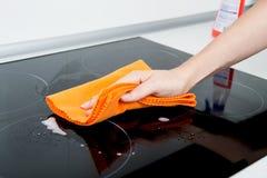 Fogão da indução da limpeza da mão fotografia de stock