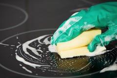 Fogão da limpeza na cozinha Fotografia de Stock Royalty Free