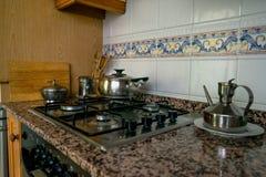 Fogão de cozinha Cozimento em uma cozinha foto de stock royalty free