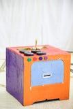 Fogão de cozinha do faça-você-mesmo, feito da caixa de papel imagem de stock royalty free