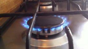 Fogão de cozinha O gás está ligada, o queimador está ligada com o som da queimadura Vídeo do close-up, vida real video estoque
