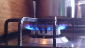 Fogão de cozinha O gás está ligada, o queimador está ligada com o som da queimadura Vídeo do close-up, vida real vídeos de arquivo