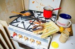 Fogão de cozinha sujo imagens de stock royalty free