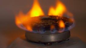 Fogão de gás com queimadura do fogo alaranjado e azul nele filme