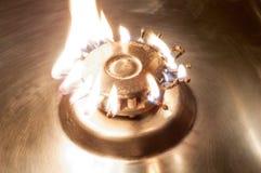 Fogão de gás do queimador com fósforos ardentes Imagens de Stock