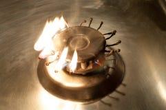 Fogão de gás do queimador com fósforos ardentes Foto de Stock