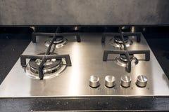 Fogão de gás inoxidável lustroso na cozinha Imagens de Stock Royalty Free