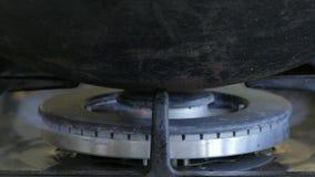 Fogão de gás na cozinha doméstica filme