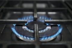 Fogão de gás que queima chamas azuis imagem de stock