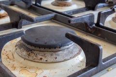 Fogão de gás sujo Limpando a cozinha fotografia de stock