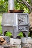 Fogão de madeira do ferro fundido com a bandeja do ferro nela Foto de Stock