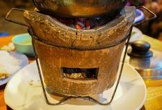 Fogão do carvão vegetal na placa imagens de stock