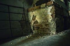 Fogão do tijolo e cozinha abandonada grade Fotos de Stock