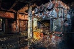Fogão industrial do tijolo velho na sala de caldeira abandonada na fábrica imagens de stock royalty free