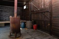 Fogão oxidado velho de carvão para o aquecimento do carro de estrada de ferro imagens de stock royalty free