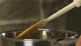 Fogão que agita o syrop na bacia com espátula da cozinha vídeos de arquivo