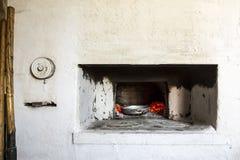 Fogão velho da vila do russo Estão próximo os tenazes de brasa das ferramentas, pá para obter pratos do forno quente com carvões fotografia de stock royalty free