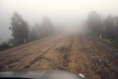 Fog дорога в горах, перемещение путешествием весны загадочное автомобилем в тонизированном тумане, Стоковые Изображения RF