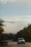 Fog над долиной и автомобилем в дороге Стоковые Изображения