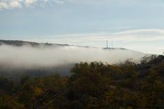 Fog над долиной и автомобилем в дороге Стоковое Фото