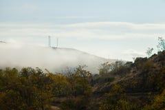 Fog над долиной и автомобилем в дороге Стоковое Изображение RF