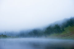 Fog над рекой, рассветом, мостом отражения моста в тумане Стоковое фото RF