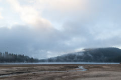 Fogg и озеро III стоковая фотография rf