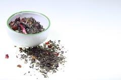 Foggi a coppa contenere il tè aromatizzato verde su un fondo bianco fotografie stock