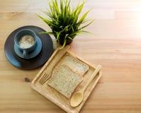 Foggi a coppa la minestra con la prima colazione del pane sulla tavola di legno immagini stock