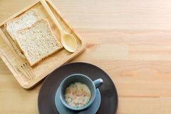 Foggi a coppa la minestra con la prima colazione del pane sulla tavola di legno fotografia stock libera da diritti