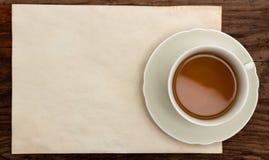 Foggi a coppa la vecchia vista superiore di legno dello spazio in bianco di carta della nota Immagine Stock