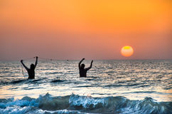 Foggia, Itália - 13 de agosto de 2014: dois fishermans puxam suas redes de pesca foto de stock