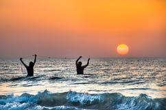 Foggia, Italië - Augustus 13, 2014: twee fishermans trekken hun visnetten stock foto