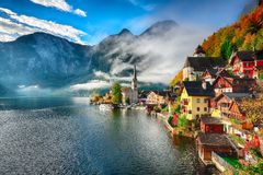 Free Foggy Autumnal Sunrise At Famous Hallstatt Lakeside Town Reflect Royalty Free Stock Images - 127842949