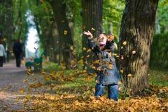 fogli della ragazza di autunno Fotografia Stock Libera da Diritti