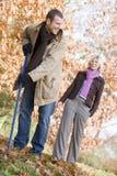 fogli delle coppie di autunno che rastrellano in su Fotografia Stock Libera da Diritti