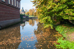 Fogli di autunno che galleggiano in un vecchio canale Fotografia Stock Libera da Diritti