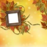 Fogli di autunno luminosi con fram di legno Fotografie Stock