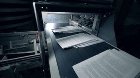 Fogli di carta bianchi che passano un trasportatore tipografico, macchina automatizzata archivi video