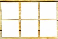 Fogli di carta bianchi su un fondo delle stecche di legno Immagini Stock