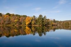 Fogli di colore di autunno sul lago Fotografie Stock
