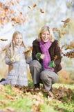 Fogli di lancio della figlia e della madre nell'aria Fotografie Stock