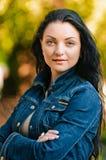 fogli dorati della ragazza del brunette Fotografie Stock Libere da Diritti