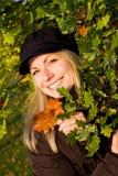 Fogli femminili di colore marrone della holding Fotografie Stock