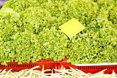 Fogli freschi della lattuga Frutta e verdure ad un mercato locale degli agricoltori Fotografia Stock