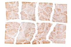 Fogli lacerati di carta invecchiata marrone sulla fine bianca del fondo su, brandelli stracciati di vecchia progettazione di cart immagine stock