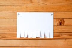 A fogli mobili di carta vuoti dell'annuncio su una parete di legno Metallo allegato ma Immagine Stock Libera da Diritti