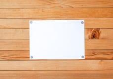 A fogli mobili di carta vuoti dell'annuncio su una parete di legno Metallo allegato ma Immagine Stock