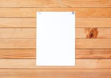 A fogli mobili di carta vuoti dell'annuncio su una parete di legno Metallo allegato ma Fotografie Stock Libere da Diritti