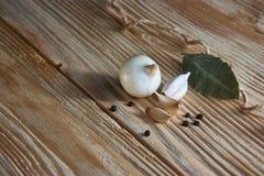 Foglia, cipolla ed aglio di alloro sul piano d'appoggio di legno Preparato asciutto delle spezie Fotografia Stock Libera da Diritti